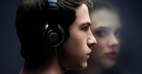 Nastolatek w słuchawkach, w odbiciu szyby dziewczyna