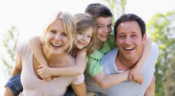 Zadowolona i uśmiechnięta rodzina