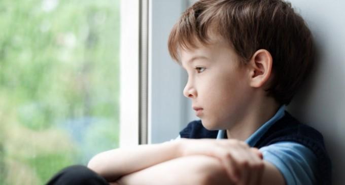 chłopiec spoglądający przez okno