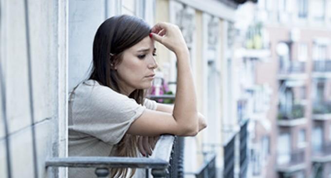 zamyślona kobieta na balkonie