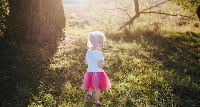 mała dziewczynka przy drzewie