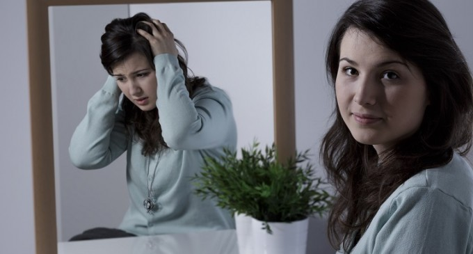 osoba przed lustrem i jej inne odbicie