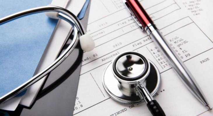 stetoskop na kartce z wynikami